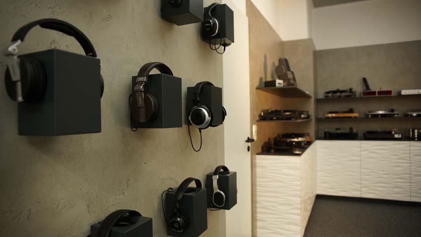 Ausstellung Kopfhörer und Plattenspieler
