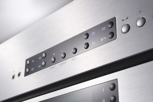 Cambridge Audio CXA80 Verstärker - silber (Detailansicht Front)