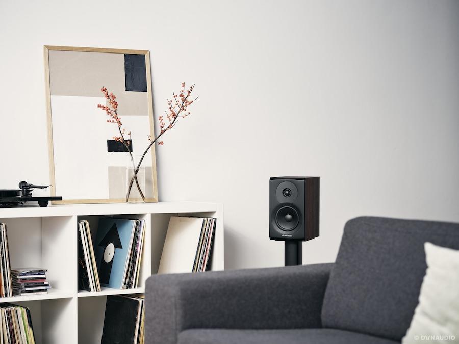 Dynaudio Emit 10 - Kompaktlautsprecher in Nussbaum, Serie 2021 (Beispielabbildung Lifestyle)